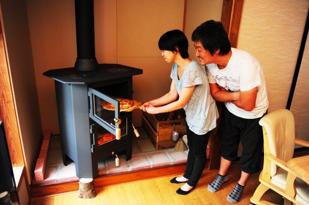 薪ストーブ オーブン料理をしている風景