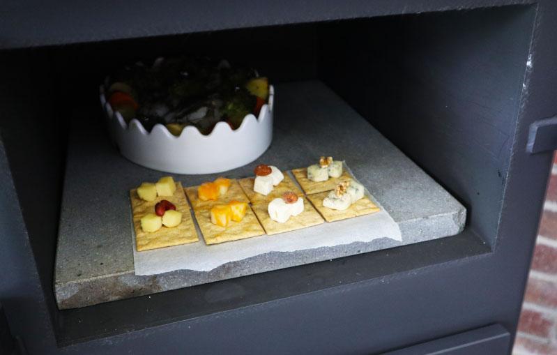 薪ストーブ おつまみ クラッカーのチーズ乗せ 手順