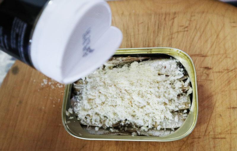 薪ストーブ オイルサーディンのパン粉焼き 手順