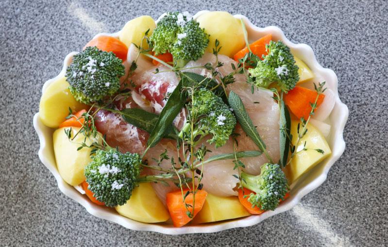 白身魚とたっぷり野菜の塩レモンハーブ蒸し オーブン皿に並べる
