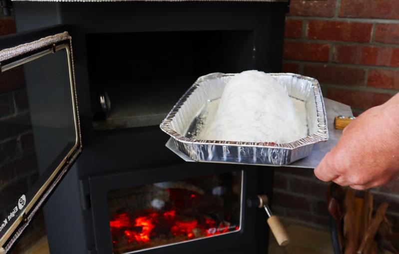 薪ストーブで鯛の塩窯を焼く
