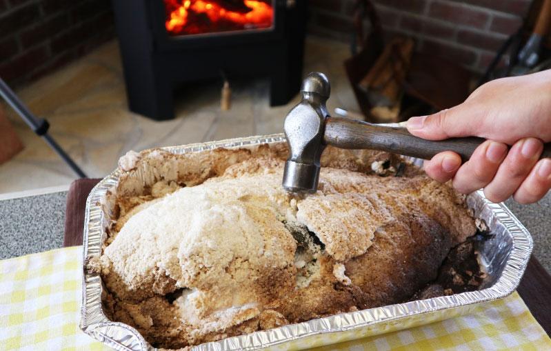 薪ストーブ 塩窯焼き ハンマーで割る