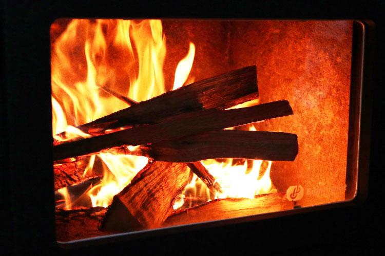 細い薪から太い薪へ炎が燃え移る