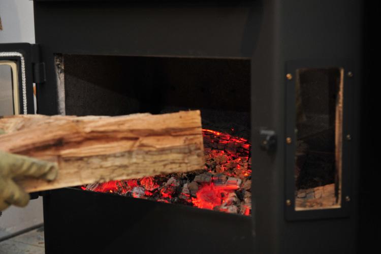 薪ストーブ 熾火 薪の投入
