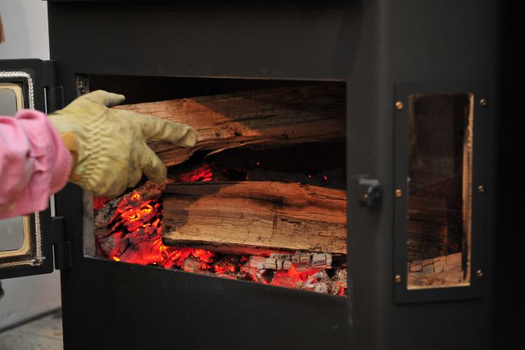 薪ストーブ 熾火 薪の投入2