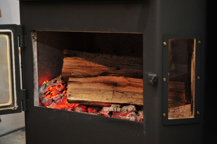 薪ストーブ 熾火 薪の投入3