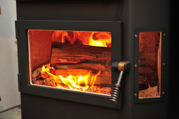 熾火から新しい薪への着火